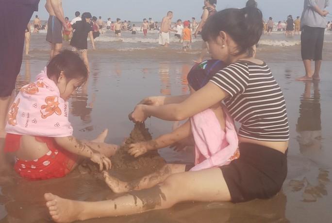 Biển Sầm Sơn ken đặc người trong ngày đầu nghỉ lễ 30-4 và 1-5 - Ảnh 7.
