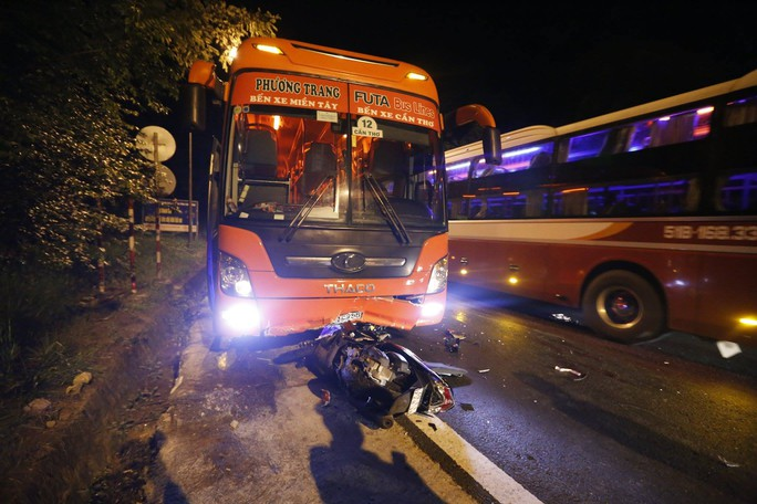 Xe máy đâm thẳng vào đầu xe khách, 2 người thương vong - Ảnh 1.