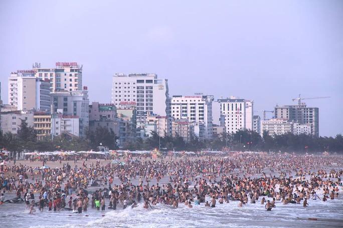 Biển Sầm Sơn ken đặc người trong ngày đầu nghỉ lễ 30-4 và 1-5 - Ảnh 1.
