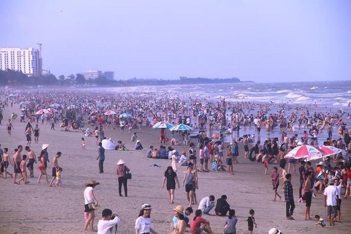 Biển Sầm Sơn ken đặc người trong ngày đầu nghỉ lễ 30-4 và 1-5 - Ảnh 3.