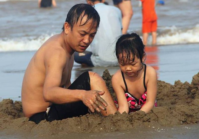 Biển Sầm Sơn ken đặc người trong ngày đầu nghỉ lễ 30-4 và 1-5 - Ảnh 6.