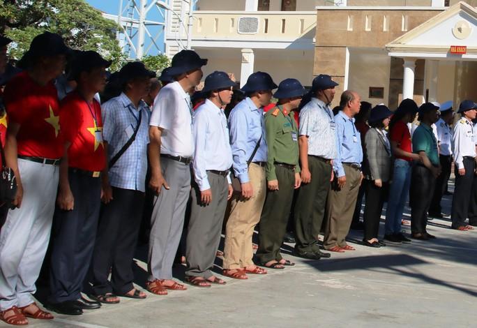 Đặc biệt lễ chào cờ ở Trường Sa của Việt kiều từ khắp nơi trên thế giới - Ảnh 10.