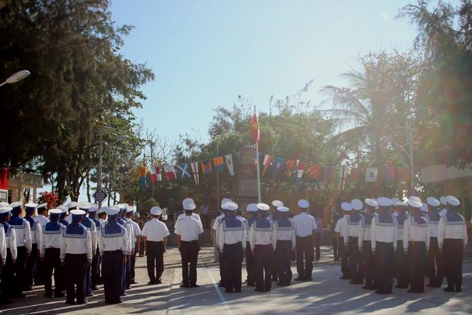 Đặc biệt lễ chào cờ ở Trường Sa của Việt kiều từ khắp nơi trên thế giới - Ảnh 14.