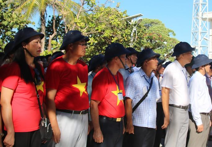 Đặc biệt lễ chào cờ ở Trường Sa của Việt kiều từ khắp nơi trên thế giới - Ảnh 15.