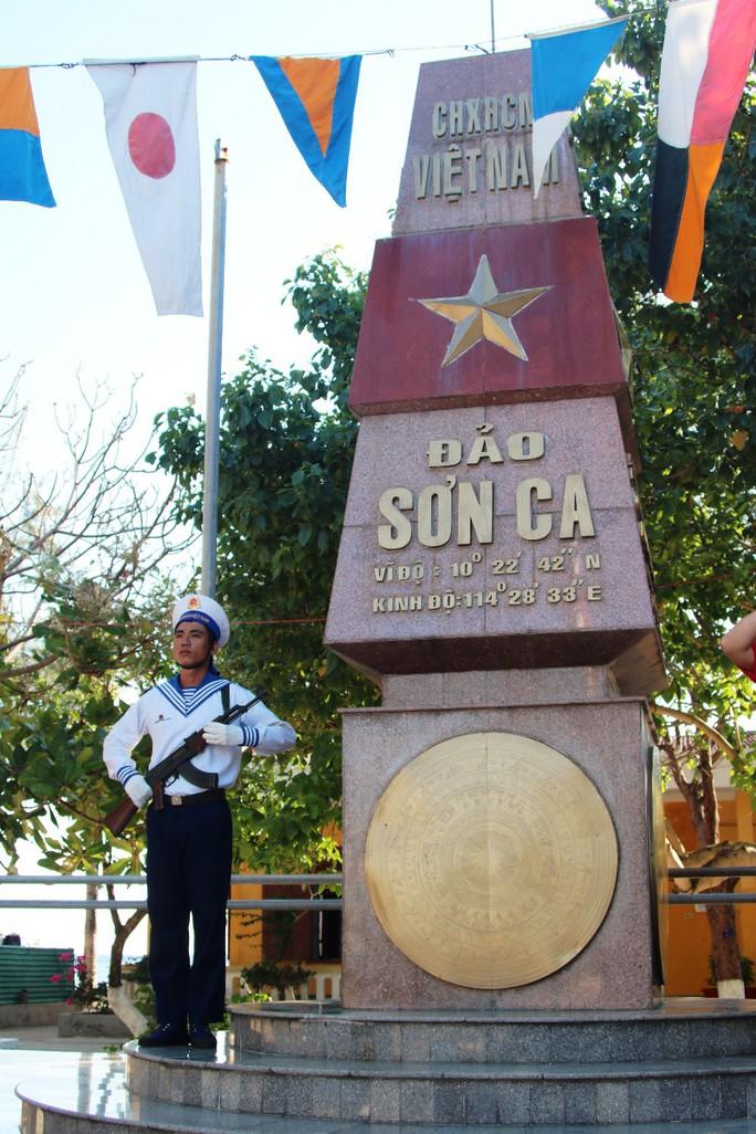 Đặc biệt lễ chào cờ ở Trường Sa của Việt kiều từ khắp nơi trên thế giới - Ảnh 6.