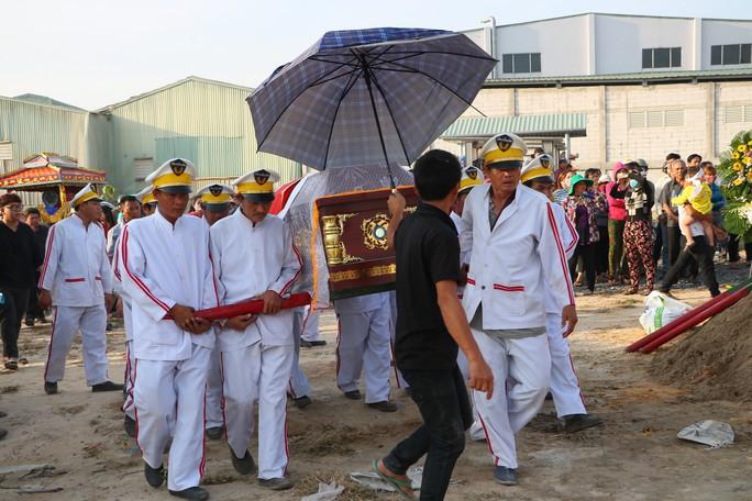 Khởi tố vụ thảm sát ở Bình Dương, đưa 3 nạn nhân đi chôn cất - Ảnh 2.