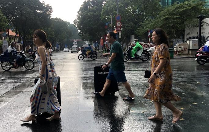 Khóc - cười sau cơn mưa vàng đổ xuống TP HCM - Ảnh 1.