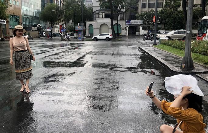 Khóc - cười sau cơn mưa vàng đổ xuống TP HCM - Ảnh 3.