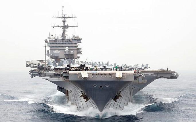 """Máy bay không người lái Iran """"lởn vởn"""" trên các tàu chiến Mỹ - Ảnh 1."""