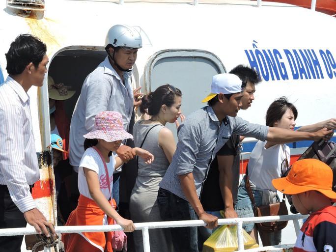 Du khách tham quan đảo Lý Sơn trong dịp lễ tăng kỷ lục - Ảnh 3.