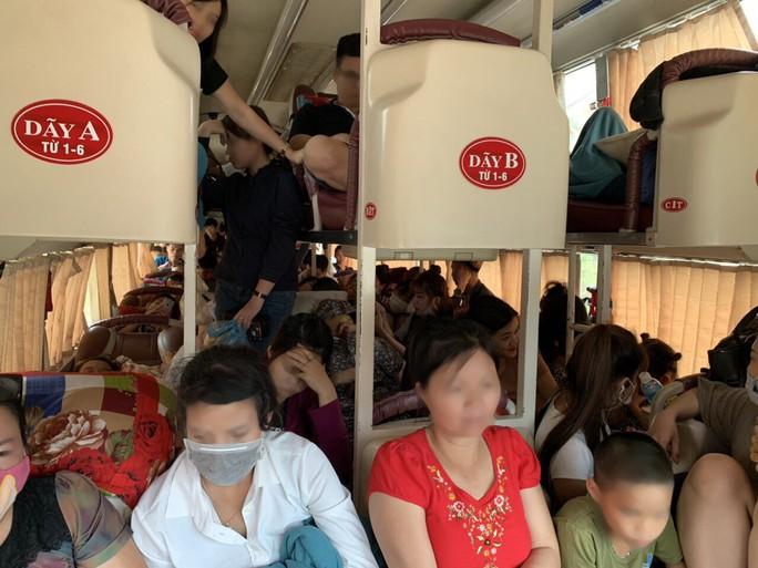 Bắt xe khách 42 chỗ nhồi nhét đến 73 người - Ảnh 1.