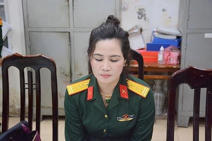 Bắt 1 nữ nhân viên công ty luật mặc quân phục đại tá quân đội - Ảnh 1.