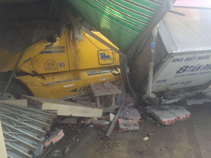 Tông xe tải, ủi sập 2 căn nhà, tài xế xe container vẫn no giấc trong cabin - Ảnh 3.