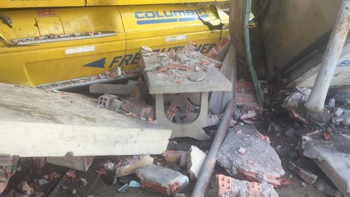Tông xe tải, ủi sập 2 căn nhà, tài xế xe container vẫn no giấc trong cabin - Ảnh 2.