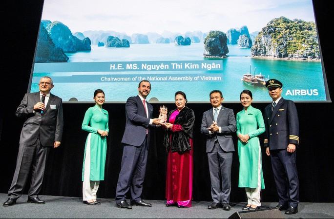 Chủ tịch QH chứng kiến ra mắt siêu máy bay A350-900 của Vietnam Airlines - Ảnh 1.