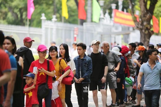 Hàng ngàn lượt khách đổ về Hội trường Thống Nhất trong ngày 30-4 - Ảnh 2.
