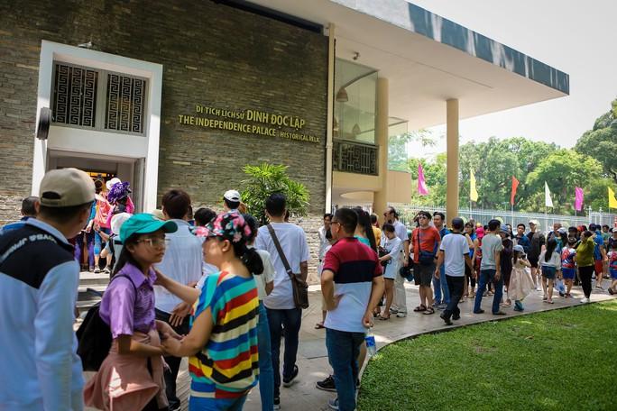 Hàng ngàn lượt khách đổ về Hội trường Thống Nhất trong ngày 30-4 - Ảnh 3.