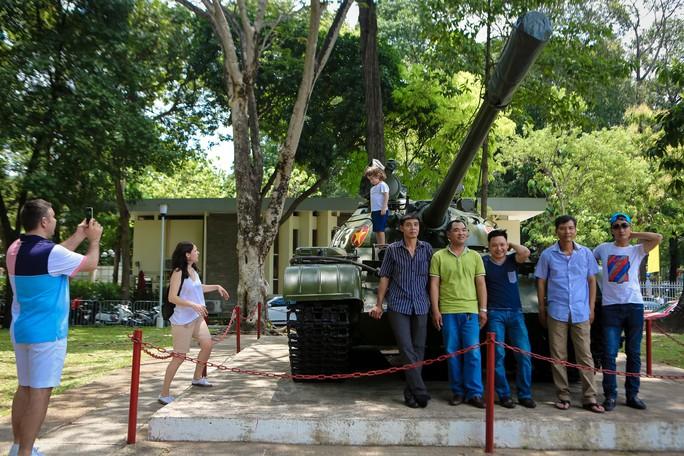 Hàng ngàn lượt khách đổ về Hội trường Thống Nhất trong ngày 30-4 - Ảnh 7.