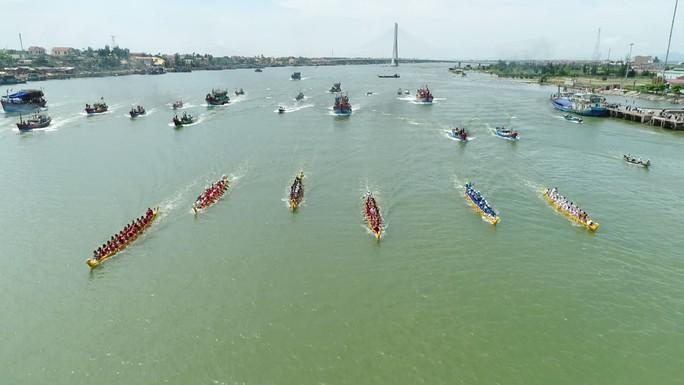 Hàng ngàn người dân nô nức xem đua thuyền trên sông Nhật Lệ - Ảnh 4.