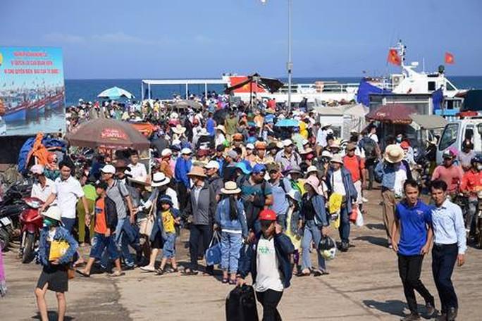 Bất chấp nắng nóng dòng người vẫn đổ về đảo Lý Sơn để giải nhiệt - Ảnh 1.