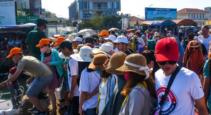 Bất chấp nắng nóng dòng người vẫn đổ về đảo Lý Sơn để giải nhiệt - Ảnh 3.