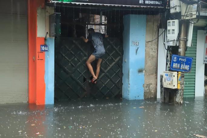 Hà Nội ngập sâu, sinh hoạt của người dân đảo lộn sau cơn mưa lớn - Ảnh 2.