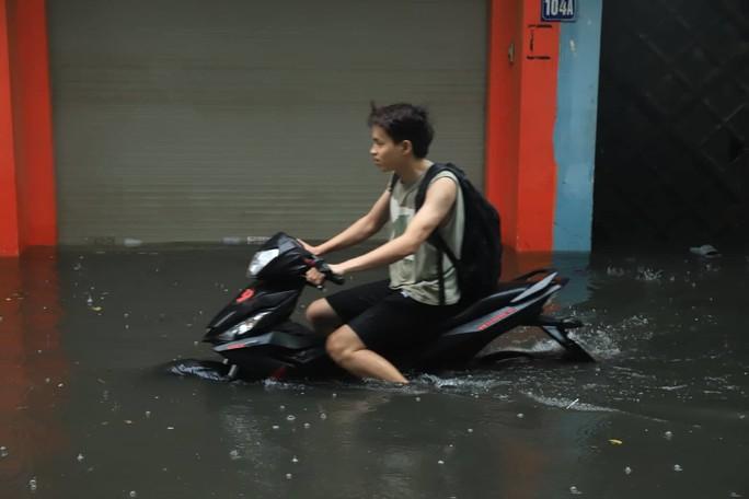 Hà Nội ngập sâu, sinh hoạt của người dân đảo lộn sau cơn mưa lớn - Ảnh 3.
