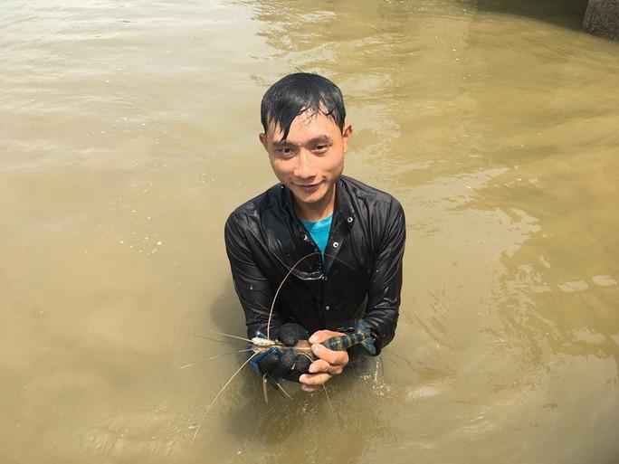 Điêu luyện lặn bắt tôm càng xanh, cua dưới sông Lam  - Ảnh 1.