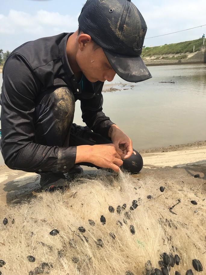 Điêu luyện lặn bắt tôm càng xanh, cua dưới sông Lam  - Ảnh 3.