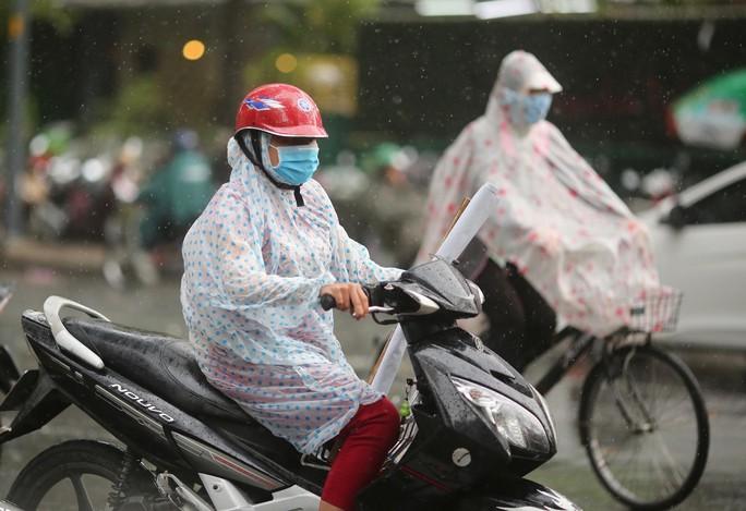 TP HCM xuất hiện mưa vàng giải nhiệt - Ảnh 4.
