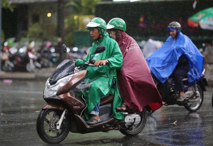TP HCM xuất hiện mưa vàng giải nhiệt - Ảnh 1.