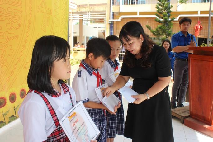 Tỉnh đoàn Bạc Liêu tặng hàng trăm phần quà cho học sinh nghèo hiếu học - Ảnh 3.