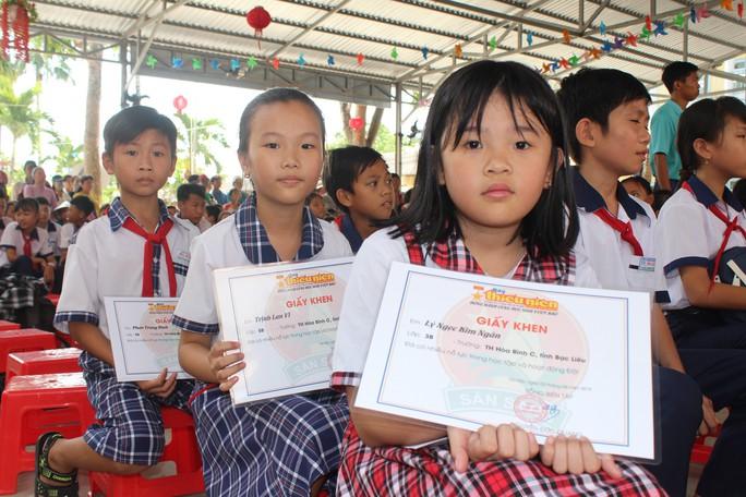 Tỉnh đoàn Bạc Liêu tặng hàng trăm phần quà cho học sinh nghèo hiếu học - Ảnh 6.
