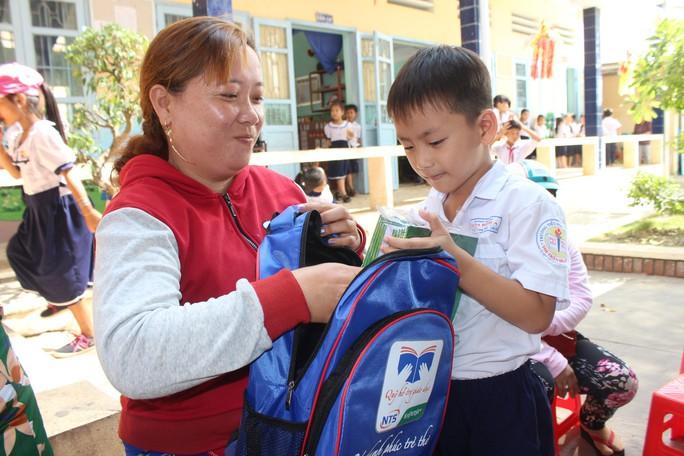 Tỉnh đoàn Bạc Liêu tặng hàng trăm phần quà cho học sinh nghèo hiếu học - Ảnh 7.