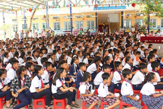 Tỉnh đoàn Bạc Liêu tặng hàng trăm phần quà cho học sinh nghèo hiếu học - Ảnh 1.