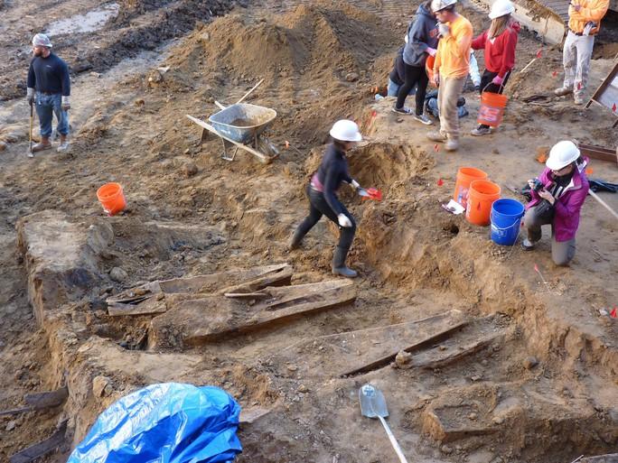 Đào phải hàng trăm ngôi mộ cổ khi đào móng xây chung cư - Ảnh 1.
