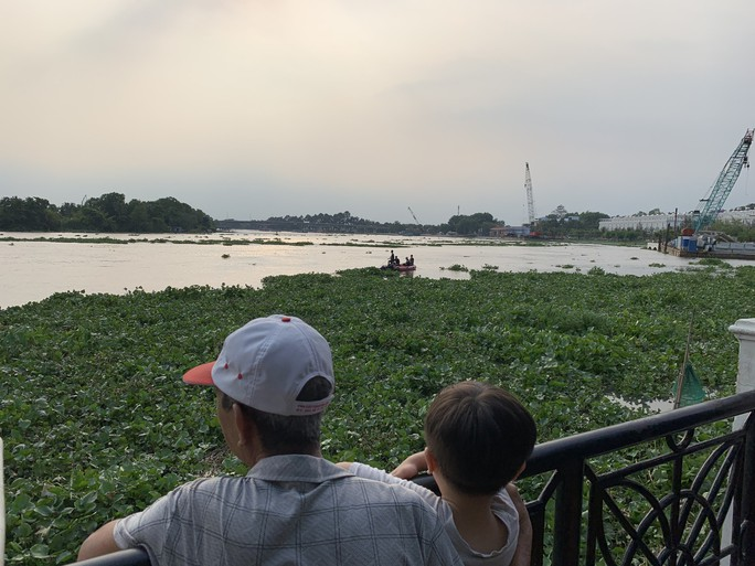Bơi ra sông Sài Gòn kiếm mồi nhậu, một thanh niên mất tích - Ảnh 1.