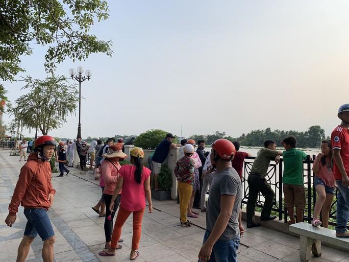 Bơi ra sông Sài Gòn kiếm mồi nhậu, một thanh niên mất tích - Ảnh 2.