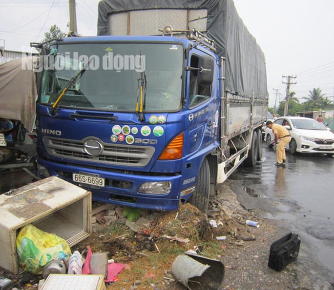 Xe tải tông chết bà bán thịt chó ven đường  - Ảnh 1.