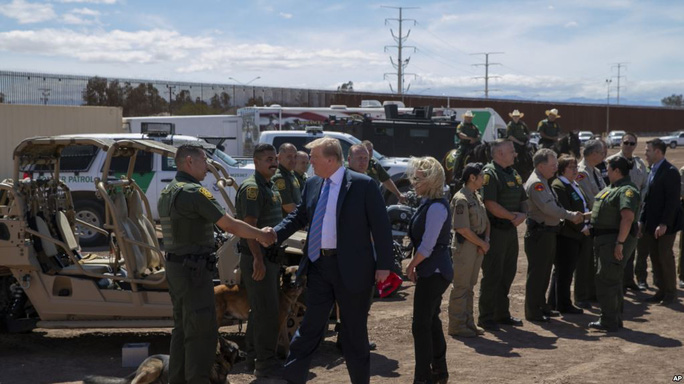 Ông Donald Trump cho xây tường biên giới với Mexico dài không tưởng - Ảnh 1.