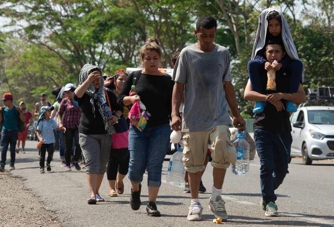 Ông Donald Trump cho xây tường biên giới với Mexico dài không tưởng - Ảnh 3.