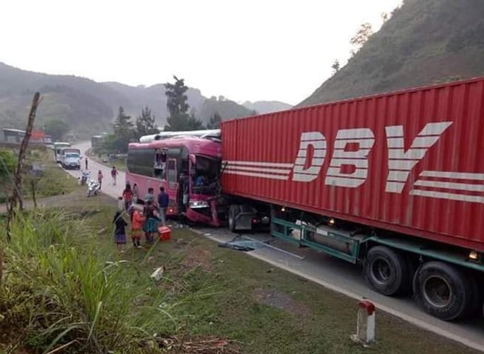 Xe container lấn làn gây tai nạn hinh kãi, tài xế xe khách gẫy cả 2 chân - Ảnh 2.