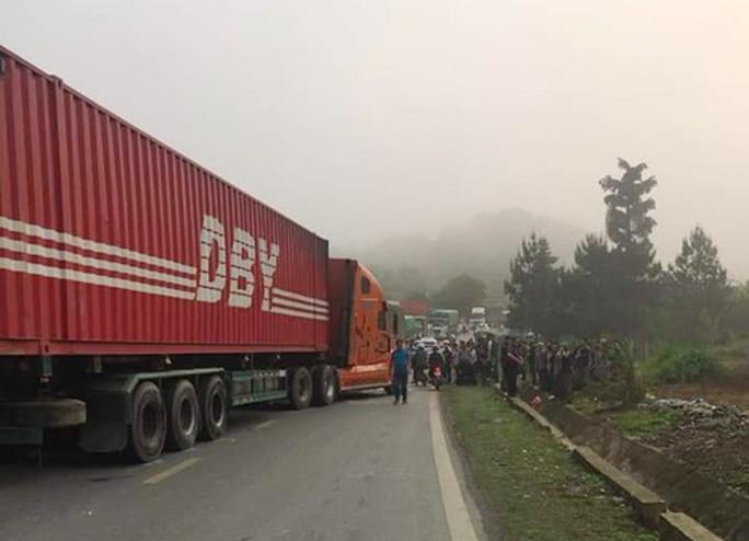 Xe container lấn làn gây tai nạn hinh kãi, tài xế xe khách gẫy cả 2 chân - Ảnh 3.