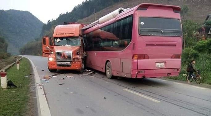 Xe container lấn làn gây tai nạn hinh kãi, tài xế xe khách gẫy cả 2 chân - Ảnh 1.