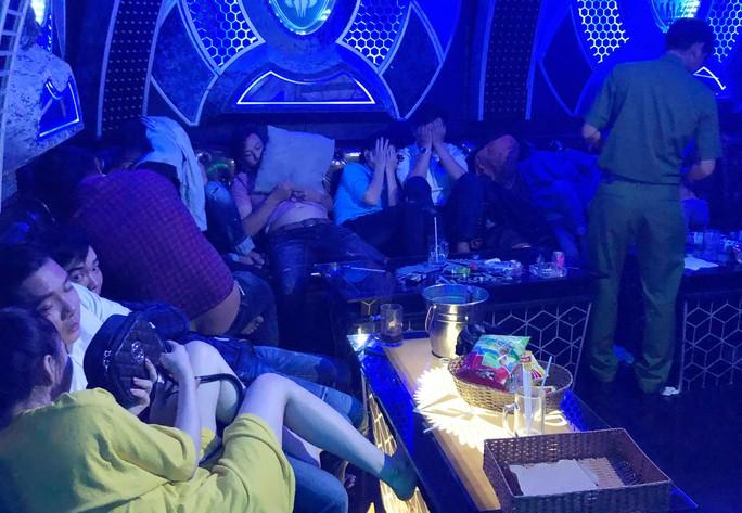 Cà Mau: Gần 100 người dùng ma túy tại quán karaoke - Ảnh 1.