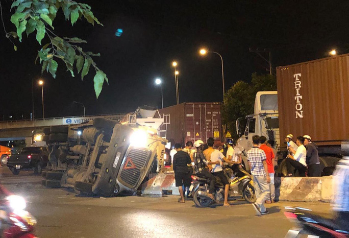 Kinh hãi xe container lật nhào ở vòng xoay Phú Hữu, va trúng xe bồn  - Ảnh 2.
