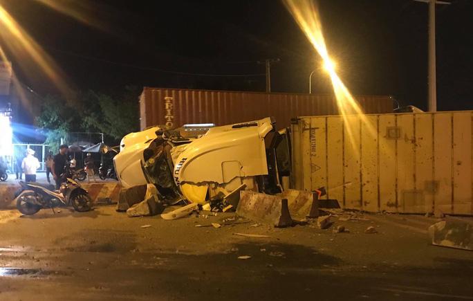 Kinh hãi xe container lật nhào ở vòng xoay Phú Hữu, va trúng xe bồn  - Ảnh 1.