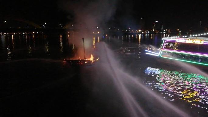 Đà Nẵng: Tàu cá trị giá 1 tỉ đồng bốc cháy dữ dội lúc rạng sáng - Ảnh 3.
