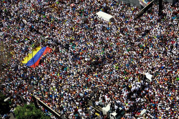 Venezuela: Hàng chục ngàn người biểu tình đòi điện, nước - Ảnh 2.