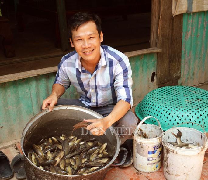 Sướng với cá đồng quẫy loạn xạ ở đìa vừa tát tại huyện Trần Văn Thời - Ảnh 2.